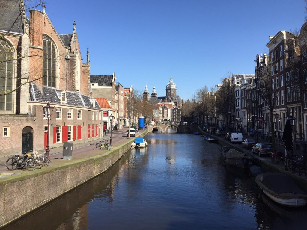 By showing you my recent pictures I will guide you through the highlights (the must-sees) and the hidden treasures of Amsterdam in Corona time.   Picture Red Light District copyright Lex and the City, Lex van Buuren