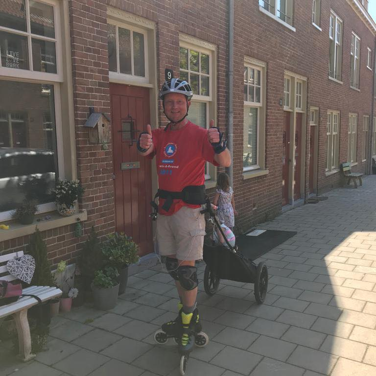 Sportieve bezorger met Radical Design Wheelie skate-kar in Amsterdam - Lex van Buuren