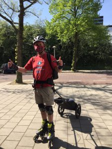 Lex van Buuren Skate-koerier in Amsterdam door Coronavirus crisis - Met Wheelie skatekar van Radical Design.
