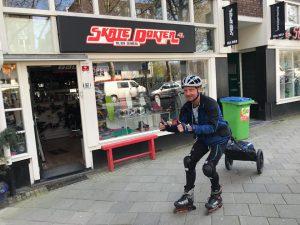 Sportieve bezorger op inline skates in Amsterdam tijdens de Coronavirus crisistijd met de Wheelie. Is normaal lokale Franstalige gids - Lex and the City