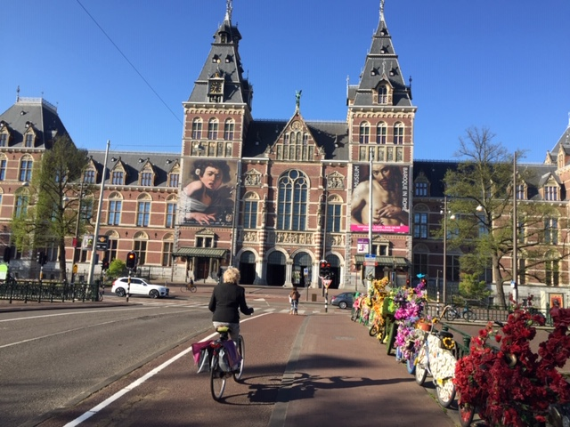 Private customized tours Amsterdam - Passing by bikes with flowers - Lex and the City guide