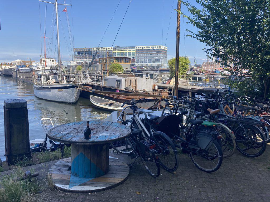 """Oude Houthaven Amsterdam - Leuk onontdekt plekje langs het water tijdens ongebruikelijke fietstour met Lex and the City gids - Deze maakt deel uit van het artikel """"onontdekte plekken in Amsterdam""""."""