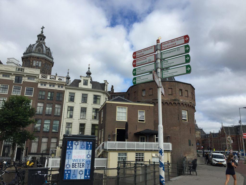 Schreierstoren in het historische centrum van Amsterdam met daarachter de Sint-Nicolaasga kerk - Privé gids Lex and the City