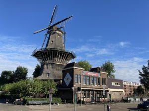 Molen van Oost en brouwerij t IJ als onderdeel van een fietstour onbekend Amsterdam met Lex and the City out of the box gids