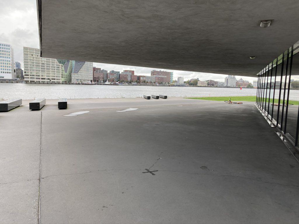 Overdekt skateles in Amsterdam aan het IJ bij EYE. In een open omgeving. Door Skate-A-Round een merk van Lex and the City
