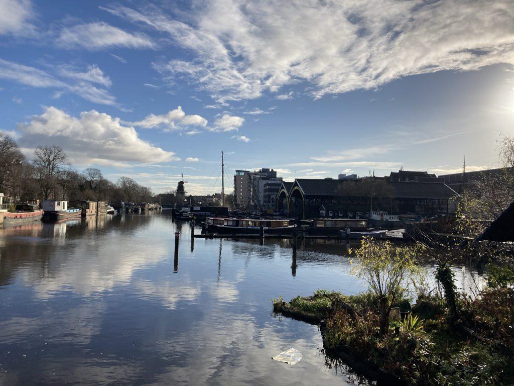 Foto van een ongebruikelijk Amsterdam, namelijk met uitzicht op de Kromhoutwerf, met als doel te linken naar de geleide manifestaties & meditaties van Paul Babin voor Joe Dispenza - De foto is van Lex van Buuren