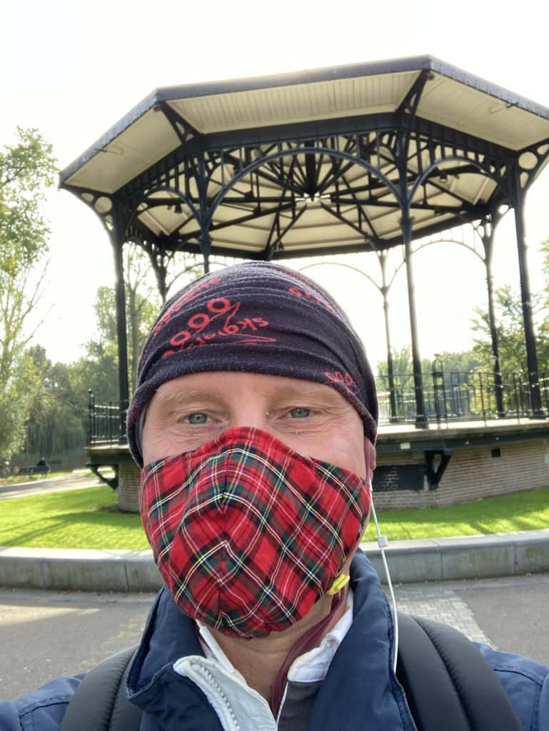 Lex van Buuren in Amsterdam met een fancy mondkapje op. Rollen van Lex: SEO coach - Sportieve koerier - privé skateleraar. - privé gids die je onbekende plekken in amsterdam laat zien.