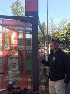 Thuis tussen Timorplein en Javaplein bij de tramhalte van nummer 14 Johan Cruyff - Lokale gids Amsterdam Oost op de foto.