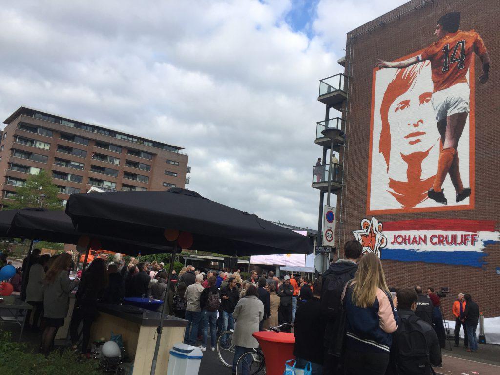 Onthulling van muurschildering Johan Cruyff in de Watergraafsmeer achter het voormalige Ajax-stadion De Meer met Danny Cruijff en Wim Suurbier.
