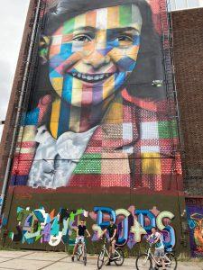 Anne Frank graffiti op de NDSM werf - Let me be yourself - Tijdens fietstocht ongebruikelijk Amsterdam met lokale gids Lex and the City