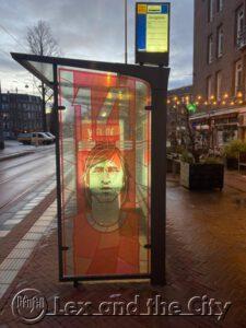 Tramstop bij tram 14 met beeltenis van Johan Cruijff Halte Javaplein - Foto voor Lex and the City voetbal rondleiding in Amsterdam Oost - Een Lexperience