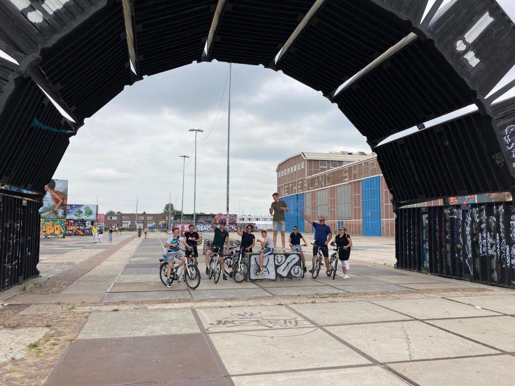 Fietstocht in ongewoon Amsterdam met Lex and the City - NDSM werf in Noord met de groep