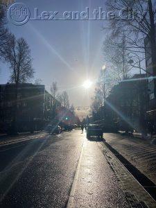 Storytelling SEO - Deze foto vertelt een verhaal van de lockdown in Amsterdam - Een lege Dappermarkt en ook na regen komt zonneschijn. Foto met Lexposure