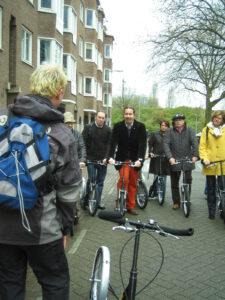 Out of the Box stepgids Lex van Buuren tijdens een afdelingsuitje voor zijn stalling met alle steps in de Schollenbrugstraat in Oost