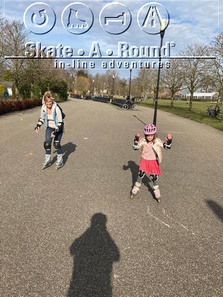Skate lesson for children in Amsterdam East - Park Frankendael - Mother Suzanne with daughter Cleo