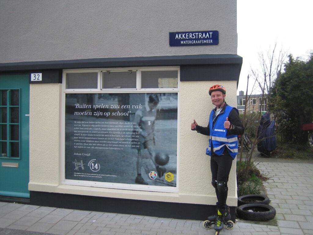 Lokale Voetbal-gids die voetbal rondleiding amsterdam organiseert, herdenkt dat Johan Cruijff vijf jaar geleden is overleden - Lex van Buuren voor woning Akkerstraat 32 in Betondorp Amsterdam-Oost