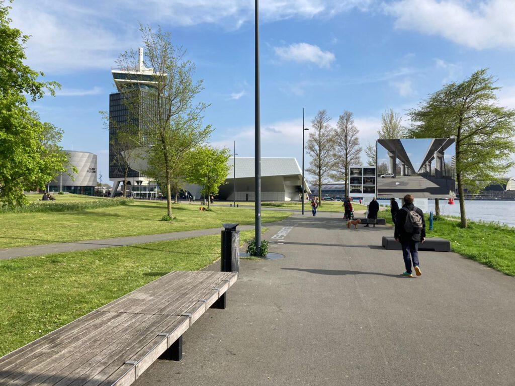 Alles wat je nodig hebt rondom het EYE Filmmuseum in Amsterdam-Noord voor een goede skateles - bankje om skates aan te doen, topasfalt, heel goed asfalt uitzicht en een dak als het gaat regenen - Rondom EYE met Skate-A-Round