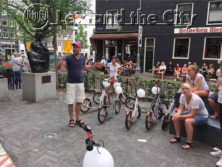 Private local tour guide Tijs in the Jordaan on footbike with bachelor hen party for women. Lex and the City Tours