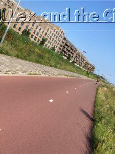 Fietsgids gezocht voor Lex and the City rondleidingen die ook leiden over mooie paden in het nieuwe Amsterdam zoals Zeeburgereiland.