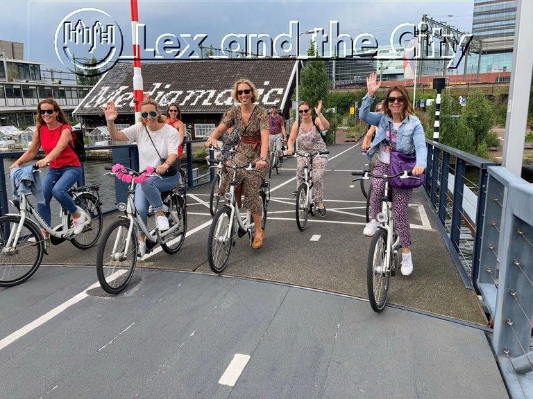 Fietstocht in ongebruikelijk Amsterdam met lokale privé gids - Het actieve deel van een vrijgezellenuitje voor vrouwen - Met Lex and the City Lexperiences - Augus Hier in Oost bij Mediamatic