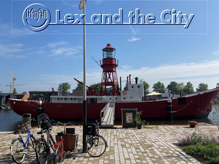 Tour op de fiets in Amsterdam Noord met Lex and the City lokale privégids - Hier tegenover project Schoonschip en bij dat gave lichtschip in Buiksloterham