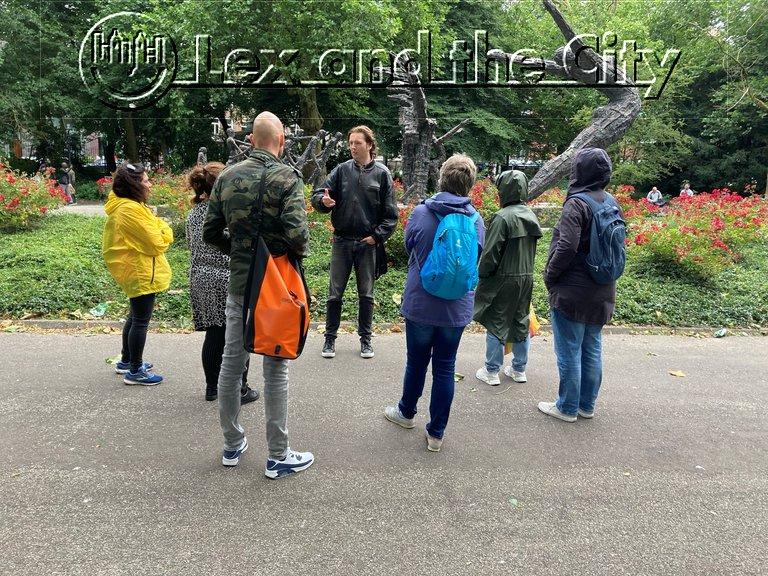 Met een teamuitje te voet langs het Nationaal monument slavernij-verleden in het Oosterpark in Amsterdam Oost - Wandeling met gids van Lex and the City - Augustus 2021