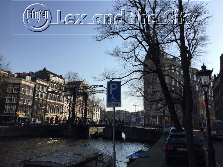 Uitzicht op Hotel de Doelen - Bekend van de Nachtwacht en de Kloveniers - Stadswandeling Amsterdam met Lex and the City