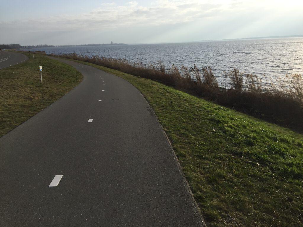 Verkenning van de fietstoer en skatetocht naar het Floriade terrein vanaf Amsterdam door de Amsterdamse tourgids van Lex and the City - Foto genomen op de Gooimeerdijk-West door hem.